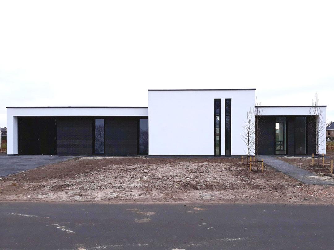GROEP NEGEN | moderne levensloopbestendige bungalow in wit stuc en zwart baksteen
